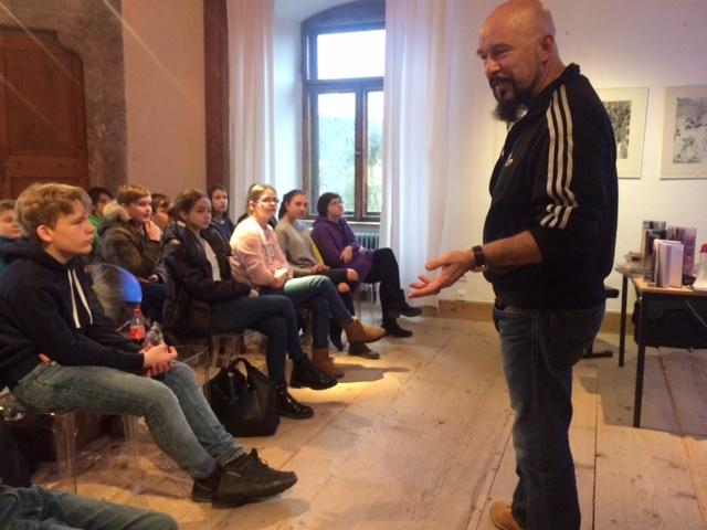 Lesefoerderung Harald Kiesel mit Schülern