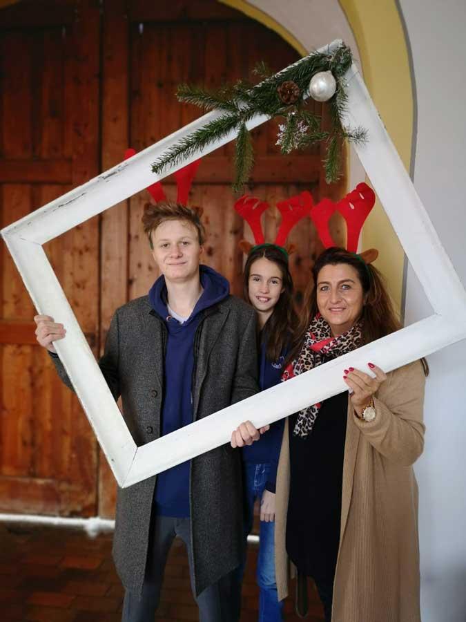 Adventsaktion Schüler und Lehrerin mit Bilderrahmen
